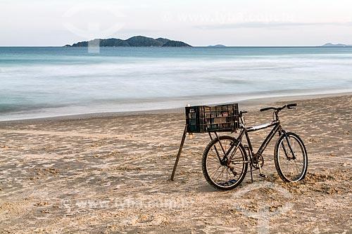 Bicicleta na orla da Praia dos Açores  - Florianópolis - Santa Catarina (SC) - Brasil