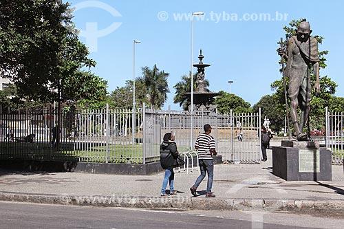 Estátua de Mahatma Gandhi (1965) com a Praça Mahatma Gandhi ao fundo  - Rio de Janeiro - Rio de Janeiro (RJ) - Brasil