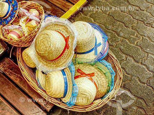 Detalhe de chapéu de palha à venda no Centro Luiz Gonzaga de Tradições Nordestinas  - Rio de Janeiro - Rio de Janeiro (RJ) - Brasil