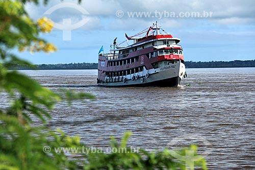 Chalana - embarcação regional - no Rio Amazonas próximo à Parintins  - Parintins - Amazonas (AM) - Brasil