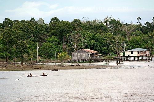 Casas em comunidade ribeirinha às margens do Rio Amazonas entre as cidade de Manaus e Itacoatiara  - Manaus - Amazonas (AM) - Brasil