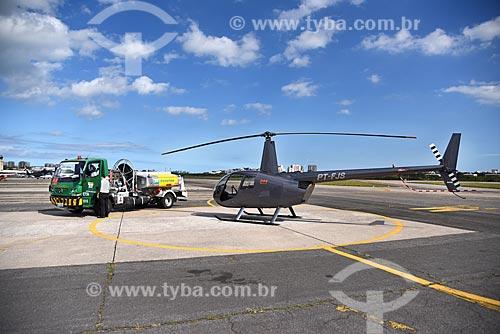 Helicóptero e caminhão-tanque na pista do Heliponto Comandante Nobre  - Rio de Janeiro - Rio de Janeiro (RJ) - Brasil