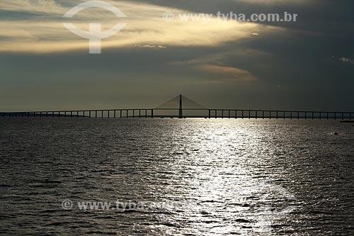 Vista do Rio Negro com a Ponte Rio Negro ao fundo durante o pôr do sol  - Manaus - Amazonas (AM) - Brasil