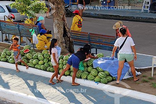 Melancia (Citrullus lanatus) à venda em rua comercial na cidade de Parintins - calçadas em azul (Boi Caprichoso)  - Parintins - Amazonas (AM) - Brasil