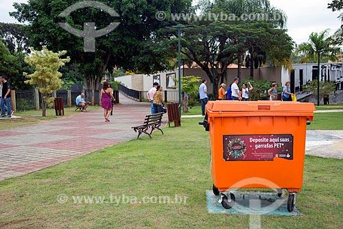 Lixeira para garrafas PET no Parque de Lazer Professora Deoclésia de Almeida Mello  - Guararema - São Paulo (SP) - Brasil