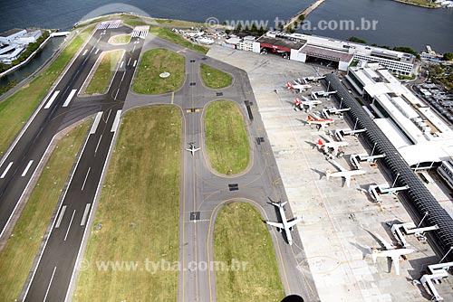 Foto aérea de aviões na pista do Aeroporto Santos Dumont  - Rio de Janeiro - Rio de Janeiro (RJ) - Brasil