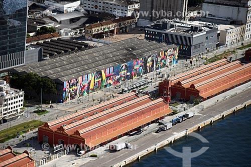 Foto aérea dos armazéns do Cais da Gamboa - Porto do Rio de Janeiro - com o Mural Etnias na Orla Prefeito Luiz Paulo Conde (2016)  - Rio de Janeiro - Rio de Janeiro (RJ) - Brasil