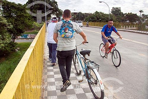 Homem andando de bicicleta na Ponte Nossa Senhora do Rosário sobre o Rio Paraíba do Sul  - Jacareí - São Paulo (SP) - Brasil