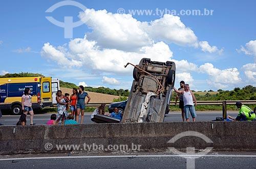 Carro capotado em trecho da Rodovia Fernão Dias (BR-381) próximo à Três Corações  - Três Corações - Minas Gerais (MG) - Brasil