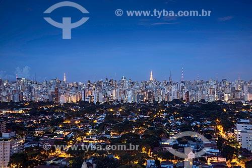 Vista da lado sul da Avenida Paulista a partir do Itaim Bibi durante o anoitecer  - São Paulo - São Paulo (SP) - Brasil