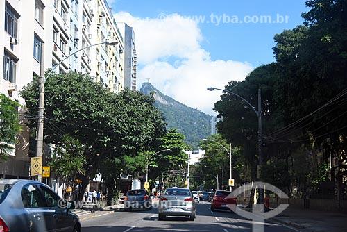 Tráfego na Rua das Laranjeiras com o Pão de Açúcar ao fundo  - Rio de Janeiro - Rio de Janeiro (RJ) - Brasil