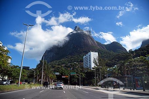 Tráfego na Autoestrada Lagoa-Barra com a Pedra da Gávea  - Rio de Janeiro - Rio de Janeiro (RJ) - Brasil