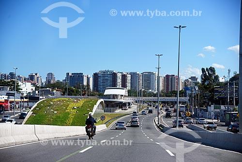 Tráfego na Avenida Armando Lombardi com a estação Jardim Oceânico do Metrô Rio e a Estação do BRT Transoeste - Terminal Jardim Oceânico - ao fundo  - Rio de Janeiro - Rio de Janeiro (RJ) - Brasil