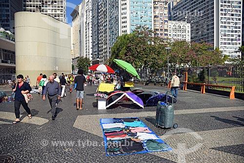 Vendedor ambulante de guarda-chuva e roupas no Largo da Carioca  - Rio de Janeiro - Rio de Janeiro (RJ) - Brasil