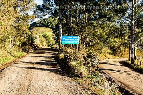 Sinalização em estrada de terra na zona rural do distrito de Linha Pinhal  - Treze Tílias - Santa Catarina (SC) - Brasil