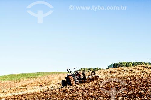 Trator arando o solo na zona rural da cidade de Treze Tilias  - Treze Tílias - Santa Catarina (SC) - Brasil