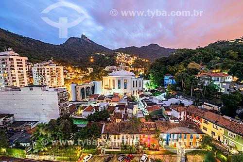 Vista da Paróquia São Judas Tadeu com o Cristo Redentor ao fundo durante o anoitecer  - Rio de Janeiro - Rio de Janeiro (RJ) - Brasil
