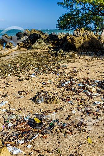 Detalhe de lixo na orla da Praia de Moreré  - Cairu - Bahia (BA) - Brasil