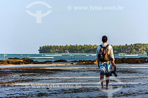 Homem na orla da Praia da Cueira durante a maré baixa  - Cairu - Bahia (BA) - Brasil