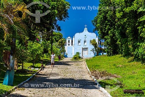 Rua na Ilha de Boipeba com a Igreja do Divino Espírito Santo de Velha Boipeba ao fundo  - Cairu - Bahia (BA) - Brasil