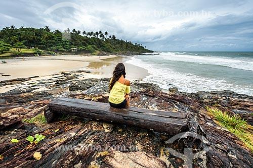 Mulher observando a vista da orla da Praia da Tiririca  - Itacaré - Bahia (BA) - Brasil