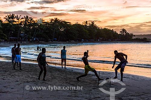 Homens jogando futebol na orla da Praia das Conchas durante o pôr do sol  - Itacaré - Bahia (BA) - Brasil
