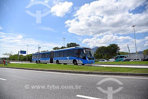 Ônibus do BRT (Bus Rapid Transit) Transcarioca na faixa exclusiva da Avenida Ayrton Senna  - Rio de Janeiro - Rio de Janeiro (RJ) - Brasil
