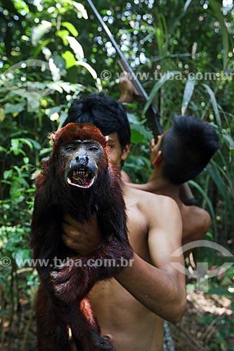 Detalhe de bugio (Alouatta caraya) - também conhecido como bugio-do-pantanal ou guariba - morto por caçadores ribeirinhos próximo à rodovia BR-174  - Amazonas (AM) - Brasil
