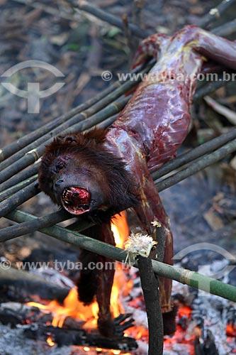 Detalhe de bugio (Alouatta caraya) - também conhecido como bugio-do-pantanal ou guariba - sendo cozido por por caçadores ribeirinhos próximo à rodovia BR-174  - Amazonas (AM) - Brasil
