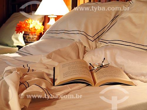 Detalhe de livro na cama  - Gramado - Rio Grande do Sul (RS) - Brasil