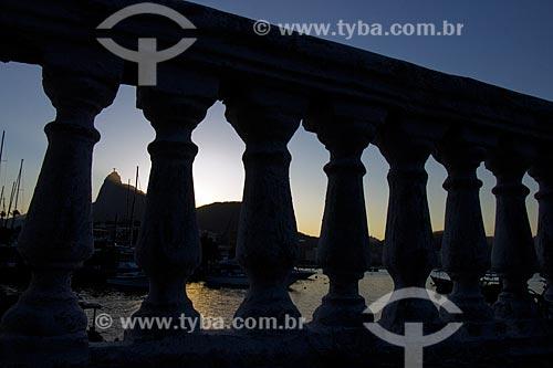 Vista do pôr do sol a partir da Mureta da Urca com o Cristo Redentor ao fundo  - Rio de Janeiro - Rio de Janeiro (RJ) - Brasil