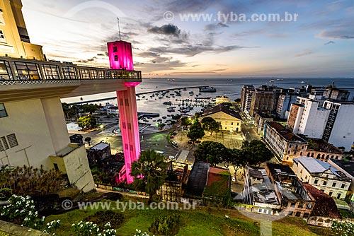 Vista do Mercado Modelo (1912) a partir do Elevador Lacerda (1873) com iluminação especial - rosa - devido à Campanha Outubro Rosa  - Salvador - Bahia (BA) - Brasil