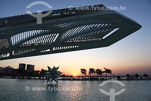 Vista do pôr do sol a partir da escultura Diamante Estrela Semente de Frank Stella no espelho dágua do Museu do Amanhã  - Rio de Janeiro - Rio de Janeiro (RJ) - Brasil