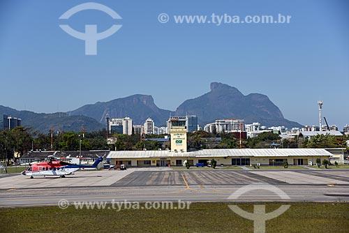 Avião na pista do Aeroporto Roberto Marinho - mais conhecido como Aeroporto de Jacarepaguá - com a Pedra da Gávea ao fundo  - Rio de Janeiro - Rio de Janeiro (RJ) - Brasil