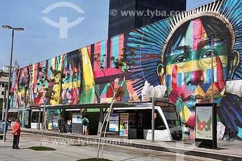 Estação Parada dos Navios do Veículo leve sobre trilhos do Rio de Janeiro na Orla Prefeito Luiz Paulo Conde com o Mural Etnias ao fundo  - Rio de Janeiro - Rio de Janeiro (RJ) - Brasil