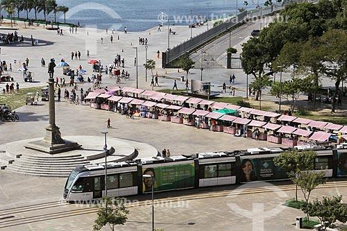 Barracas de feira na Praça Mauá com o veículo leve sobre trilhos  - Rio de Janeiro - Rio de Janeiro (RJ) - Brasil