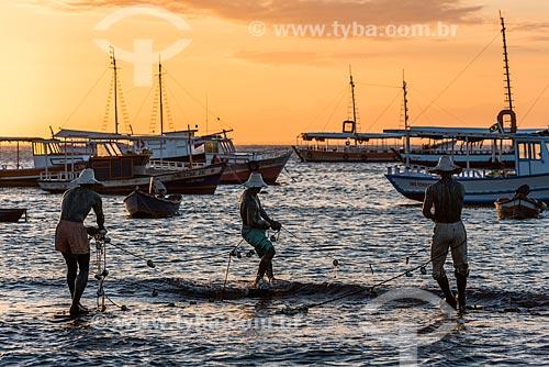 Vista da escultura dos Três Pescadores na orla da Praia da Armação durante o pôr do sol  - Armação dos Búzios - Rio de Janeiro (RJ) - Brasil