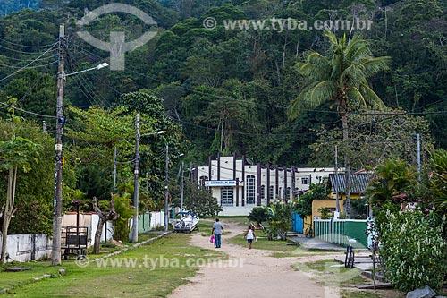 Vista de rua na Vila do Abraão com Assembleia de Deus ao fundo  - Angra dos Reis - Rio de Janeiro (RJ) - Brasil