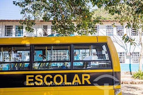 Ônibus Escolar com a Escola Municipal Brigadeiro Nóbrega ao fundo  - Angra dos Reis - Rio de Janeiro (RJ) - Brasil
