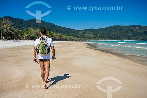 Banhista caminhando na orla da Praia de Lopes Mendes  - Angra dos Reis - Rio de Janeiro (RJ) - Brasil
