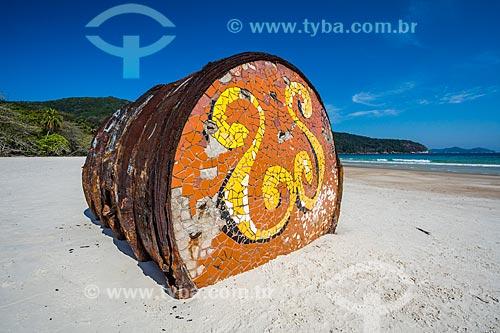 Detalhe de antigo barril de metal encalhado na Praia de Lopes Mendes  - Angra dos Reis - Rio de Janeiro (RJ) - Brasil