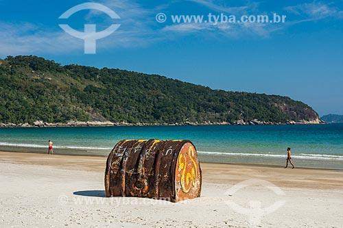 Antigo barril de metal encalhado na Praia de Lopes Mendes  - Angra dos Reis - Rio de Janeiro (RJ) - Brasil