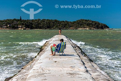 Vista de banhistas no molhe da Praia Rasa com a Ilha Rasa ao fundo  - Armação dos Búzios - Rio de Janeiro (RJ) - Brasil