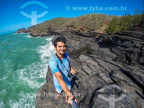 Homem fazendo uma selfie em formação conhecida como Lagoinha na orla da cidade de Armação dos Búzios  - Armação dos Búzios - Rio de Janeiro (RJ) - Brasil