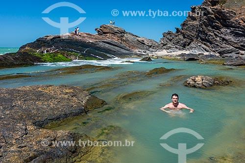 Banhista na piscina natural em formação conhecida como Lagoinha na orla da cidade de Armação dos Búzios  - Armação dos Búzios - Rio de Janeiro (RJ) - Brasil