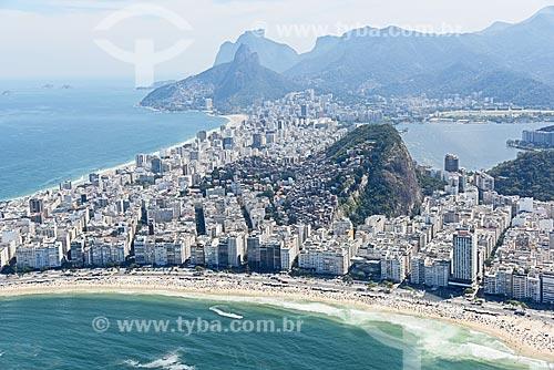 Foto aérea do bairro de Copacabana com o Morro Dois Irmãos e a Pedra da Gávea ao fundo  - Rio de Janeiro - Rio de Janeiro (RJ) - Brasil