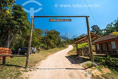 Entrada da Pousada dos Paula no Parque Estadual dos Três Picos com os Três Picos de Salinas ao fundo  - Teresópolis - Rio de Janeiro (RJ) - Brasil