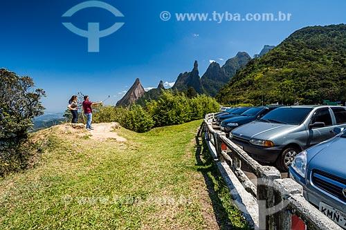 Casal fazendo uma selfie com os picos do Escalavrado, Dedo de Nossa Senhora,Dedo de Deus, Cabeça de Peixe, Santo Antônio e São João a partir do Mirante do Soberbo no Parque Nacional da Serra dos Órgãos  - Teresópolis - Rio de Janeiro (RJ) - Brasil