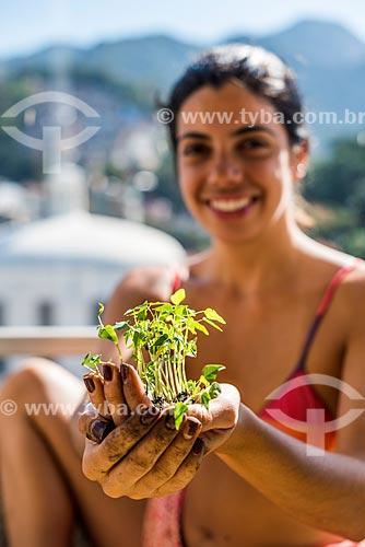 Mulher segurando muda de limoeiro  - Rio de Janeiro - Rio de Janeiro (RJ) - Brasil