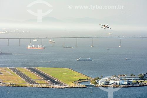 Vista de avião decolando no Aeroporto Santos Dumont e da Ponte Rio-Niterói a partir do Pão de Açúcar  - Rio de Janeiro - Rio de Janeiro (RJ) - Brasil